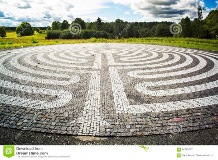 gothic-labyrinth-black-white-cobble-stones-field-europe-letonia-symbol-new-way-clarification-84785067[1]