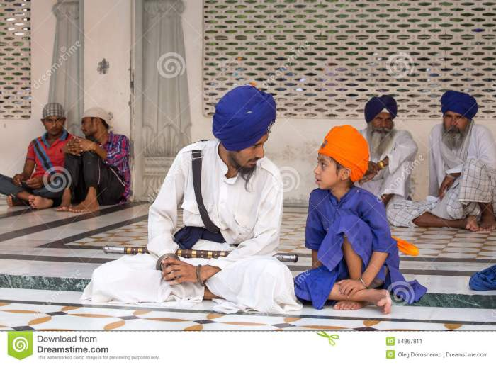 sikh-man-boy-visiting-golden-temple-amritsar-punjab-india-september-unidentified-pilgrims-travel-54867811[1]