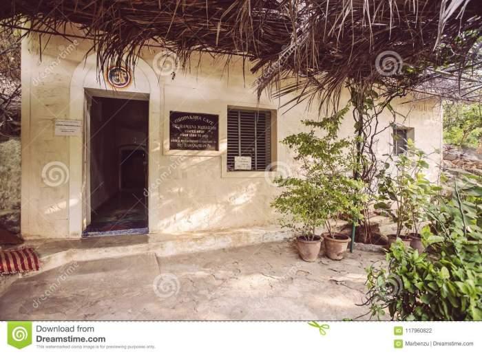 skandashram-sri-ramana-maharshi-meditation-cave-place-arunachala-tiruvannamalai-tamil-nadu-india-january-virupaksha-117960822[1]