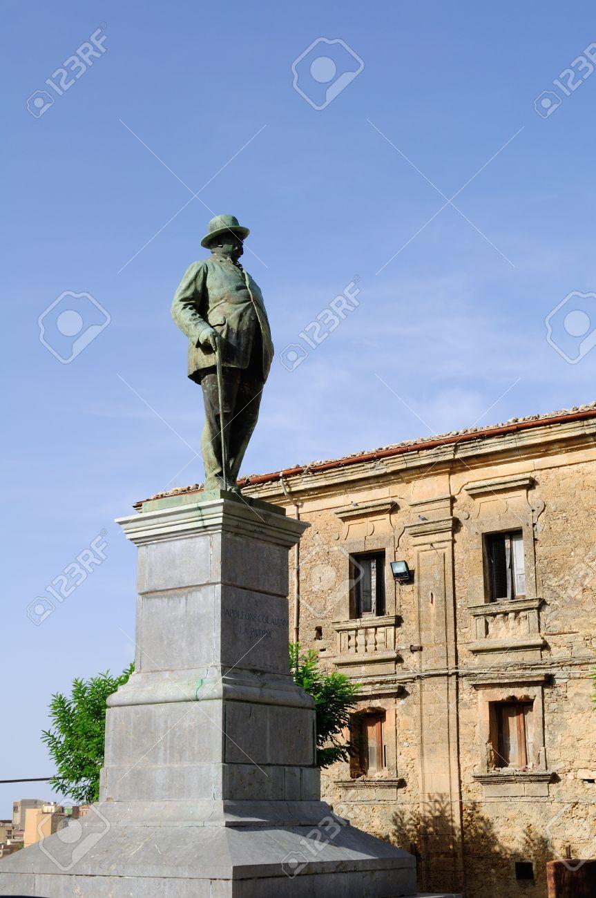 15880360-monumento-a-napoleone-colajanni-enna-già-castrogiovanni-la-sua-città-natale-in-sicilia-italia